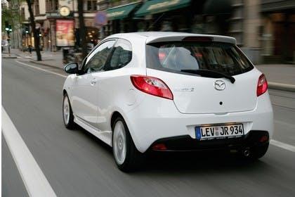 Mazda 2 Sport DE Aussenansicht Heck dynamisch weiß