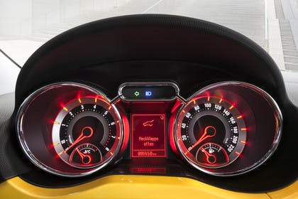 Opel Adam A Innenansicht Detail Kombiinstrument statisch rot