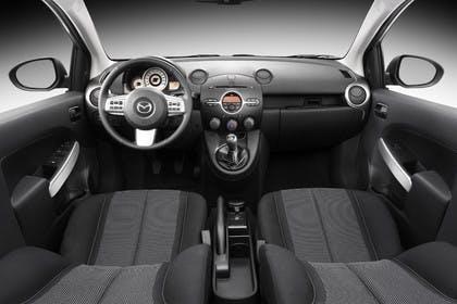 Mazda 2 DE Innenansicht Studio Front statisch schwarz