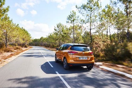 Renault Scenic RFA Aussenansicht Heck schräg dynamisch orange