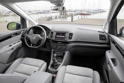 VW Sharan Innenansicht Beifahrerposition statisch hellgrau