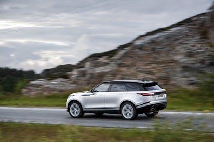 Land Rover Range Rover Velar Aussenansicht Heck schräg dynamisch silber