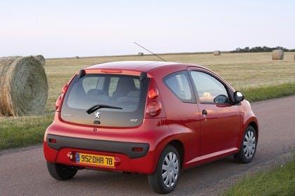 Peugeot 107 P Dreitürer Aussenansicht Heck schräg statisch rot