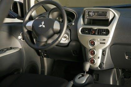Mitsubishi i-MiEV Innenansicht statisch Armaturenbrett beifahrerseitig