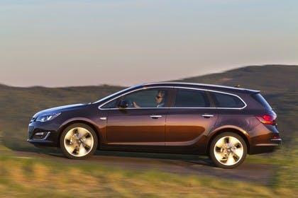 Opel Astra J Sports Tourer Aussenansicht Seite dynamisch braun