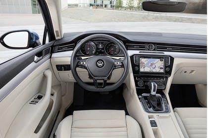 VW Passat B8 Innenansicht Fahrerposition statisch beige