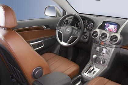 Opel Antara L-A Innenansicht statisch Studio Vordersitze und Armaturenbrett beifahrerseitig