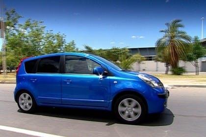 Nissan Note E11 Aussenansicht Seite statisch blau