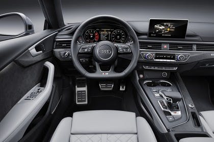 Audi A5 Sportback F5 Innenansicht statisch Studio Vordersitze und Armaturenbrett fahrerseitig