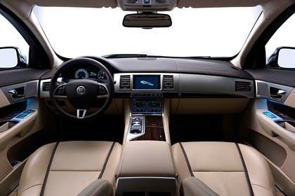 Jaguar XF Sportbrake X250 Studio Innenansicht Cockpit statisch beige schwarz