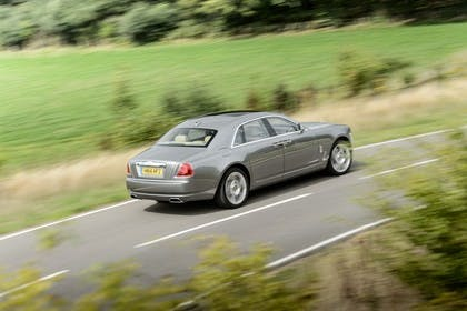 Rolls-Royce Ghost Aussenansicht Heck schräg erhöht dynamisch grau