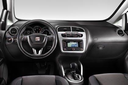 SEAT Altea 5P Facelift Innenansicht statisch Studio Vordersitze und Armaturenbrett fahrerseitig