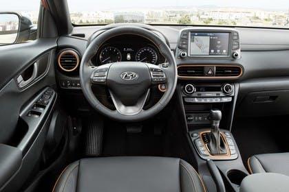 Hyundai Kona OS Innenansicht statisch Vordersitze und Armaturenbrett fahrerseitig