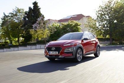 Hyundai Kona OS Aussenansicht Front schräg dynamisch rot
