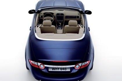 Jaguar XK Cabriolet X150 Studio Aussenansicht Heck statisch braun blau