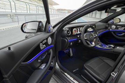 Mercedes-AMG E 63 W213/S231 Innenansicht Fahrerposition statisch schwarz