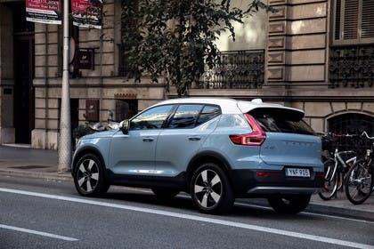 Volvo XC40 Aussenansicht Seite schräg statisch blau