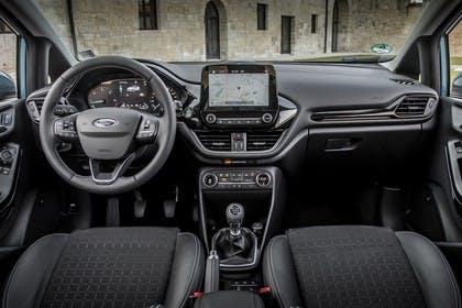 Ford Fiesta JHH Dreitürer Innenansicht statisch Vordersitze und Armaturenbrett