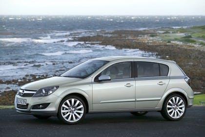 Opel Astra H 5Türer Aussenansicht Seite statisch silber