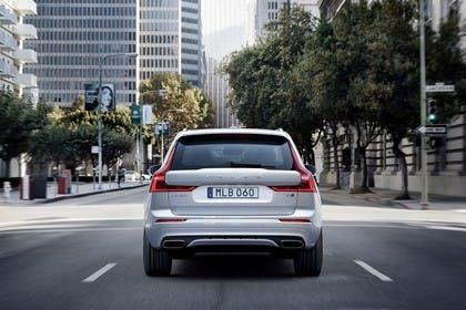 Volvo XC60 U Aussenansicht Heck dynamisch weiss