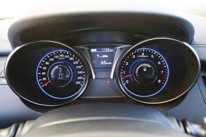 HyundaiGenesis Coupé Innenansicht Detail Tacho statisch schwarz blau