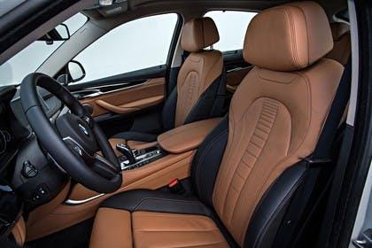 BMW X6 F16 Innenansicht Vordersitze Studio statisch braun