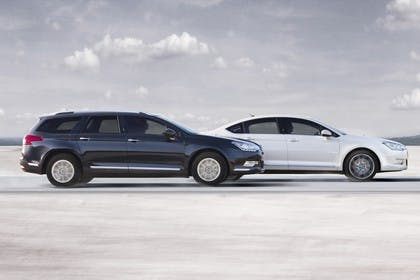 Citroën C5 Tourer und C5 R Aussenansicht Seite dynamisch blau weiss