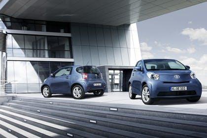 Toyota iQ AJ1 Aussenansicht Front Heck schräg statisch blau