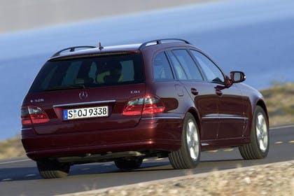 Mercedes Benz E-Klasse T-Modell (S211) Aussenansicht Heck schräg dynamisch rot