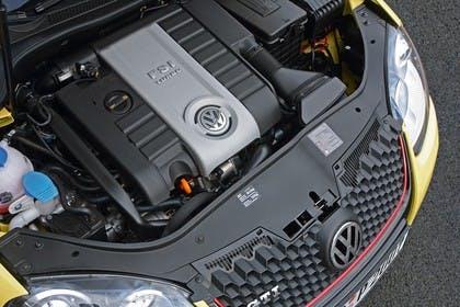 VW Golf 5 GTI Fünftürer Aussenansicht Front schräg erhöht Detail Motorhaube geöffnet Motor