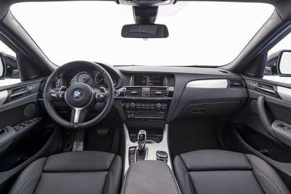 BMW X4 Innenansicht zentral Studio statisch schwarz