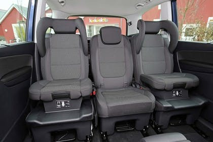 VW Sharan Innenansicht Rücksitzbank mit integriertem Kindersitz statisch grau