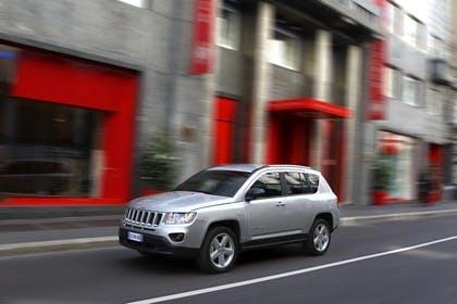 Jeep Compass Aussenansicht Front schräg dynamisch silber