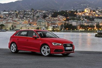 Audi A3 Sportback 8VA Aussenansicht schräg frontal statisch rot