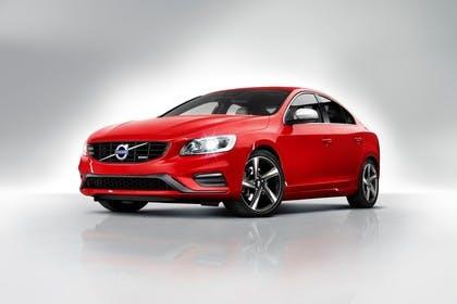 Volvo S60 F Aussenansicht Front schräg statisch Studio rot