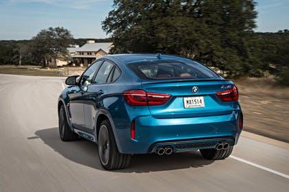 BMW X6 M F16 Aussenansicht Heck schräg dynamisch blau