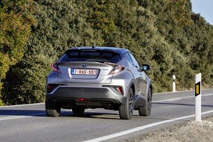 Toyota C-HR Aussenansicht Heck schräg dynamisch grau