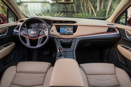Cadillac XT5 C1XX Innenansicht statisch Vordersitze und Armaturenbrett