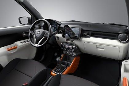 Suzuki Ignis FF21S Innenansicht statisch Studio Vordersitze und armaturenbrett beifahrerseitig