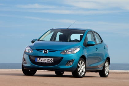 Mazda 2 DE Aussenansicht Front schräg statisch blau
