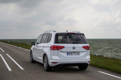 VW Touran 2 Aussenansicht Heck dynamisch weiss