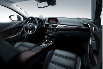 Mazda 6 Kombi GJ Innenansicht statisch Studio Vordersitze und Armaturenbrett beifahrerseitig