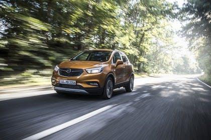 Opel Mokka X Aussenansicht Front schräg dynamisch orange