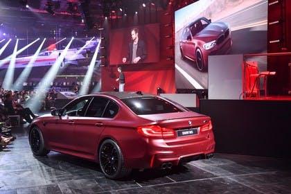 BMW M5 F90 Aussenansícht Heck schräg statisch rot