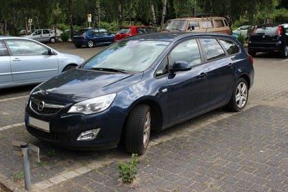 Opel Astra J Sports Tourer Aussenansicht Front schräg statisch blau