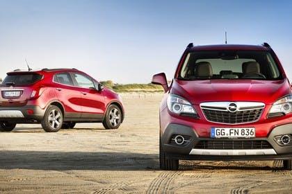 Opel Mokka J-A Aussenansicht Heck Front schräg statisch rot