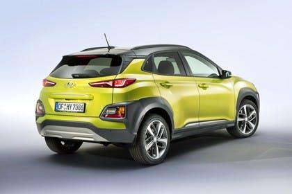 Hyundai Kona OS Aussenansicht Heck schräg statisch Studio grün
