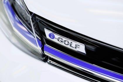 VW Golf 7 e-Golf Aussenansicht Detail Logo statisch weiss