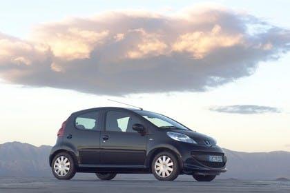 Peugeot 107 P Fünftürer Aussenansicht Seite schräg statisch schwarz