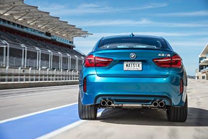 BMW X6 M F16 Aussenansicht Heck statisch blau